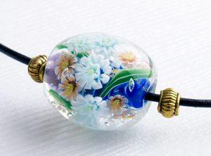 96089 清水みゆき (ネックレス)白い菊とオレンジの菊