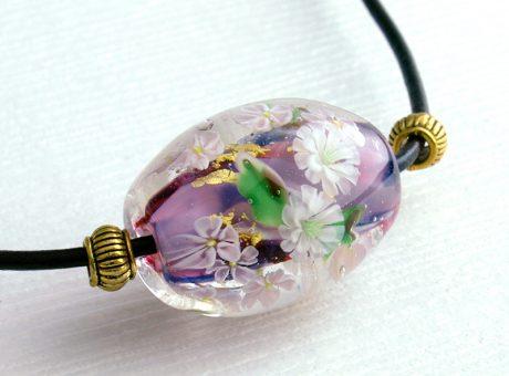 96090 (ネックレス)白い菊とさくら